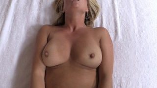 Mooie blonde huisvrouw, grote borsten, krijgt een creampie