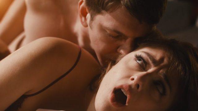 Mooie vrouw heeft sensuele anale sex