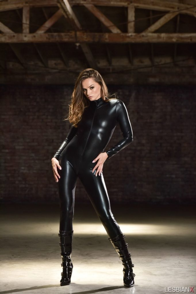 Knappe brunette is lekker in een strakke leren catsuit