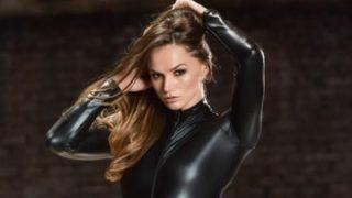 Tori Black ziet er geil uit in een leren catsuit
