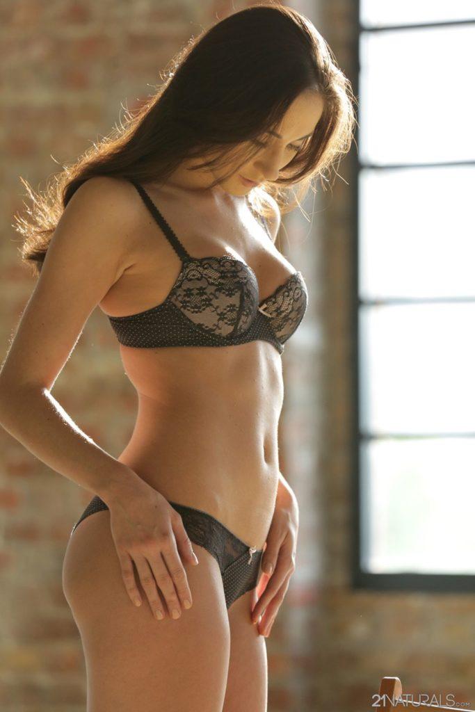 Aruna Agora, mooie vrouw in sexy lingerie
