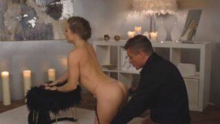 Elegante echtgenote heeft sensuele sex met haar man