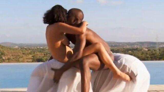 Donkere man en zijn knappe getinte echtgenote hebben erotische buitensex